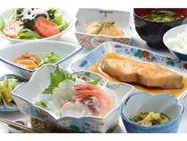 季節に応じた新鮮な海の幸の夕食(一例)