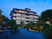 2000坪の面積を誇る白砂青松の弓ヶ浜をイメージした日本庭園は四季折々の顔で旅人を迎えます。