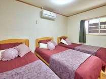 ベッドルーム(シングルベッド3台)