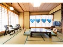 限定2部屋!東本願寺を眺める和室10畳のお部屋に古来より福を呼ぶハート型模様の猪目障子がございます。
