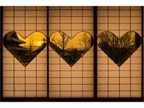 限定2部屋!古来より神社仏閣等にある福を呼ぶハート型模様の猪目障子から眺める東本願寺に沈む夕陽です。
