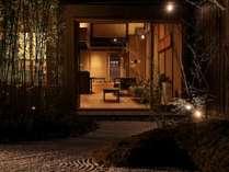 夜の庭から見た室内