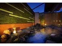 【大浴場】露天風呂は山形県産スナゴケで壁面緑化され、昼と夜で趣を変える表情はまるでアートのよう。