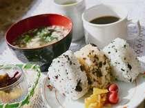 手作りおにぎり&味噌汁のあったか朝食。食後はコーヒーを