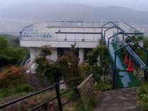 駐車場から見た建物の全景です。