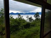前に霧ヶ峰ビーナスライン。日本一高い所に有る水族館とスキー場が見えます。