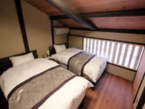 虫籠窓のあるベッドルーム