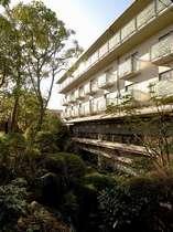 日本庭園から望む施設外観