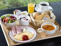 【和洋お一人様ずつ選べる朝食】自家製パンやシェフ特製ミネストローネを提供する「洋食」