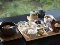 【和洋お一人様ずつ選べる朝食】竹炭で焚いたご飯や料理長特製けんちん汁を提供する「和食」
