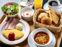 【和洋お一人様ずつ選べる朝食】3種のパンやシェフ特製ミネストローネを提供する「洋食」