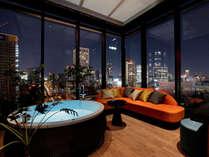 ROOM MINAMI(75.7㎡)リビングルーム バスタブにつかりながら御堂筋の夜景が眺められます