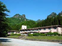 雄大な自然と山々に囲まれ、観光やトレッキングにオススメな当館