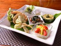 *お夕食一例/天ぷら、海ブドウ、ズッキーニのオリーブ焼、マグロのポキ、蒸しキャベツのオリーブ添え。