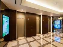 デジタルサイネージで最新のスーパーホテルの情報をご覧ください