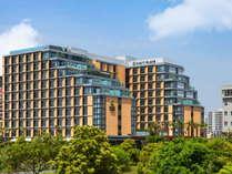 目の前に雄大な東京湾と緑豊かな公園を望むスタイリッシュでモダンなホテル
