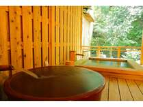【客室専用露天風呂】目の前には渓流が望めます。陶器風呂では抹茶風呂も。