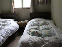 羽毛布団のベットでゆっくりお休みください。