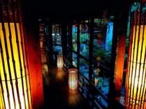 夕方頃のライトアップされた中廊下と中庭は幻想的です。