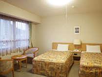 【部屋/洋室】セミダブルベッドが2台のゆったり過ごせるお部屋です。