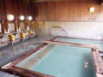 【温泉/大浴場】白・透明・グリーンなど様々な色に変わります。撮影時は朝で透明~乳白色。