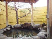 【男湯/露天風呂】檜の香りが漂う露天風呂で、日頃の疲れをリフレッシュ!