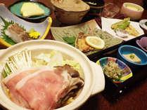 【夕食一例】質・量ともに自慢の味覚が食卓を彩ります。