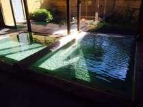 【温泉/女湯】太陽の光が反射して綺麗な透明~グリーン色に。