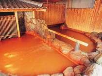 <*半露天 金郷泉>半混浴の浴場。海水の数倍もある塩分が肌に薄い皮膜をつくり体を芯から温めます。