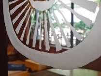 <*御所坊のシンボル「車輪」>この車輪のマークは老子、無用の第十一章から引用。
