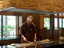 <「閑」でいただくステーキ>目の前で調理される焼き立てのジューシーなお肉をお楽しみいただけます。