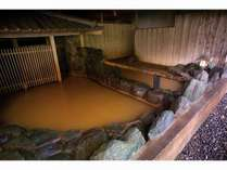 <温泉大浴場・金郷泉>湯船は別、壁が低くなった半混浴式で、ご家族でご歓談いただきながら温泉をどうぞ。