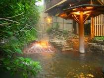 四季の色を愉しむ事が出来る川の湯をそのまま引き入れた源泉掛け流し露天風呂「川の湯」