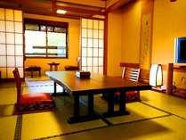 お部屋は落ち着いた雰囲気の和室です。12畳(マッサージソファー付き)