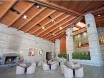 【館内ロビー】フロント、ロビー、お食事処が壁一つない開放的な空間で繋がっております。