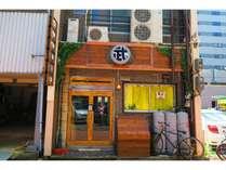 入り口 1Fでは平日の昼にはカフェを、夜にはバーもやっています。