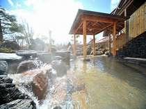 【大浴場岩露天風呂】野趣あふれる岩造りの露天風呂。岩手山を望みながら温泉をご堪能くださいませ