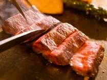 目の前で調理する本格鉄板焼きスタイルのステーキコース