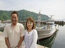 明るく楽しい女将と漁師の御主人。宿の「海勇丸」の前で・・・