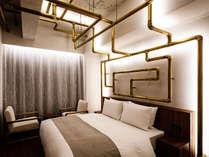 【SPECIAL-レアンドロ・エルリッヒ】鈍く輝く水道管が張り巡らされた、遊び心のある客室