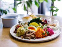 【 the LOUNGE-モーニング】緑あふれるダイニングで食す、地元食材を使った選べるご朝食