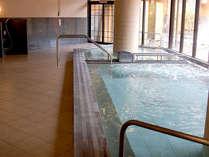 【大浴場】重曹泉の当館のお湯はトロッとした手触りで、お風呂上がりの肌はつるつる&芯から温まります。