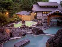 石庭露天風呂:異なる源泉から引いているので、色や泉質の違うお湯です。