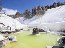 <石庭露天風呂>空の青、雪の白、温泉の黄色