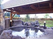 *露天風呂。自然に囲まれた開放的な天然温泉です。