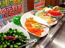 地元で採れた野菜を使用♪朝食ブッフェサラダコーナー