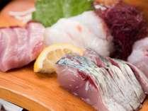 *【夕食(一例)】お造りには旬のお魚を!首折れサバなど獲れたて新鮮なお刺身は絶品です☆
