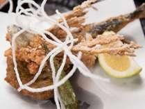 *【夕食(一例)】飛び魚の<から揚げとつけあげ> つなぎなしのつけあげは魚の味をしっかり味わえます♪