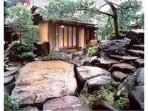 歴史を物語る幾百もの銘石と灯篭を配した石庭園。お部屋へと続く石畳は静謐な時間へと誘います。