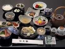 新鮮な魚貝をふんだんに使った京会席の夕食